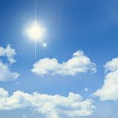 Blå himmel med sol — Stockfoto