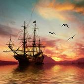 Loď v moři při západu slunce — Stock fotografie
