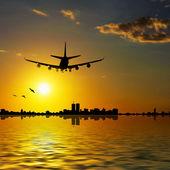 şehir içinde uçak — Stok fotoğraf