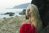 Güzellik kadın rock yakınındaki plajda — Stok fotoğraf