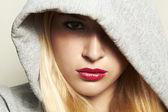 Belle femme blonde dans le capot. lèvres rouges. — Photo
