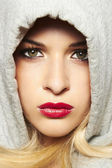 Güzel sarışın kadın başlıklı. kırmızı dudaklar — Stok fotoğraf