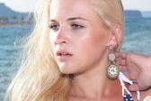 Mooie blonde jonge vrouw op het strand. natuur achtergrond — Stockfoto