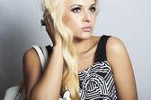 Fashionabla vacker blond kvinna med med handväska. shopping — Stockfoto