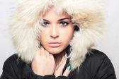 Moda ritratto di giovane donna bella con pelliccia. cappuccio di pelliccia bianca. stile invernale. — Foto Stock