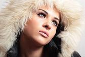 Bella donna con pelliccia. cappuccio di pelliccia bianca. stile invernale. make-up. ragazza di bellezza moda. — Foto Stock