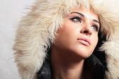 Bella donna in hood.white fur.winter style.fashion ragazza — Foto Stock