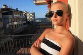 Stilvolle schöne blonde mädchen in italy.on balcony.beauty-woman.sunglasses. — Stockfoto