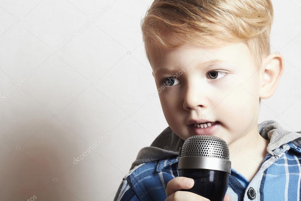 Мальчик красиво поет