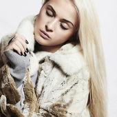 Beauty blond Model Girl in Mink Fur Coat.Beautiful Woman — Stock Photo