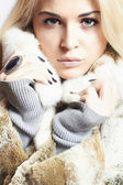 Beautiful blond woman in Fur Coat.Winter fashion. — Stockfoto