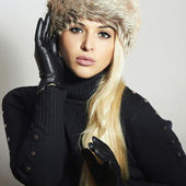 Beauty Fashion blond Girl in Fur Hat. Beautiful Blond Woman in Leather Gloves. Black sweater. Winter Fashion — Stock Photo