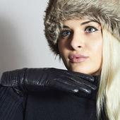 Красивая блондинка женщина в кожаных gloves.beauty девушка в меховой шапке — Стоковое фото
