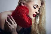 Underbar vacker blond kvinna med rött hjärta. skönhet flicka. visa love symbol. alla hjärtans dag — Stockfoto