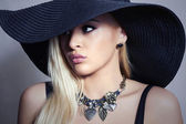 Beautiful Blond Woman in Black Hat. Elegance Beauty Girl. Spring Shopping. Jewelry — Stock Photo