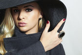 Beautiful Blond Woman in Black Hat. Fashionable Lady in Topcoat. Elegance Beauty Girl. Spring Collection — Stock Photo