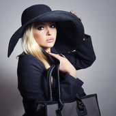 Beautiful Blond Woman in Black Hat. Fashionable Lady in Topcoat. Elegance Beauty Girl with Handbag. Spring Shopping — Stock Photo