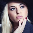 Beautiful Blond Woman in Black Hat. Fashionable Lady. Elegance Beauty Girl. Manicure — Stock Photo #42912929