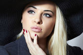 Beautiful Blond Woman in Hat. Fashionable Lady in Topcoat. Elegance Beauty Girl — Stock Photo