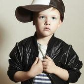 Modne trochę styl boy.hip chmiel. moda children.handsome blond dziecko z duży niebieski eyes.pose chłopiec w kapelusz holownik. młody raper. zabawne dziecko w wpr. 4 lat — Zdjęcie stockowe