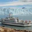 Argentine excursion ship near the Perito Moreno Glacier in Patag — Stock Photo
