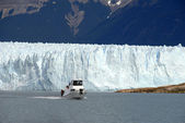 Excursion ship near the Perito Moreno Glacier in Patagonia, Arge — Stock Photo