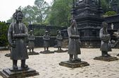вьетнамские солдаты статуи императора кхай динь мавзолей, ху — Стоковое фото