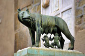 Stautue she-wolf breast-feed Romulus and Remus. Place of foundat — Stock Photo