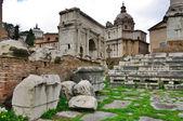 与废墟前景色,意大利罗马的视图 — 图库照片