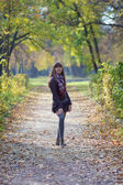 Dziewczyna spaceru w parku — Zdjęcie stockowe