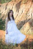 白色连衣裙的女孩 — 图库照片