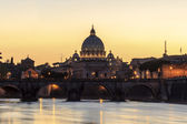 Angelo bridge and St. Peter's Basilica at dusk, Rome, Italy — Foto Stock