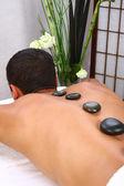 Jonge man ontvangen van massage — Stockfoto