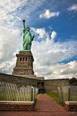 Estatua de la libertad en la isla de la libertad en nueva york — Foto de Stock