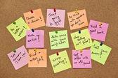 Una raccolta di multicolore post-it note con diversi messaggi su fondo in legno — Foto Stock
