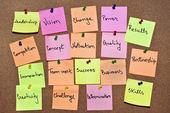 Une collection de multicolores post-it notes avec différents messages sur un fond en bois — Photo