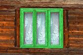 Ventana verde de una antigua casa rústica con paredes de madera — Foto de Stock