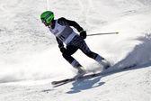 Brasov ρουμανία - ολυμπιακό ευρωπαϊκή νεολαία - επιβράβευση 2013. δρομέας σκι νέους κατά τη διάρκεια ενός διαγωνισμού σλάλομ. — Φωτογραφία Αρχείου