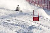 Brasov ρουμανία - ολυμπιακό ευρωπαϊκή νεολαία - επιβράβευση 2013. δρομέας σκι νέους κατά τη διάρκεια ενός διαγωνισμού σλάλομ πέσει κάτω — Φωτογραφία Αρχείου