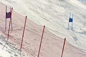 Portes de ski avec des drapeaux rouges et bleus — Photo