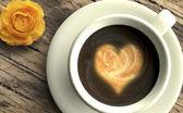 Café con corazón y rosa — Foto de Stock