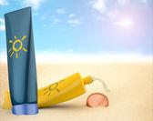 Zonnebrandcrème op het strand — Stockfoto