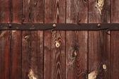 темный деревянный фон с металлическими украшениями. деревянные ворота с — Стоковое фото