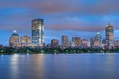 Boston skyline in de schemering over de charles — Stockfoto