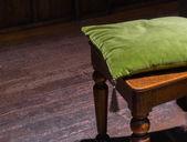 Almofada verde na cadeira de madeira — Fotografia Stock