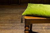 Vert coussin sur la chaise en bois (2) — Photo