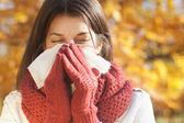 Mujeres con tejido tener gripe o alergia — Foto de Stock