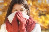 ženy s tkání s chřipkou nebo alergie — Stock fotografie
