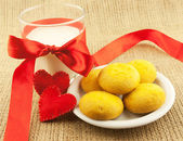 Cookies and milk for Valentine's Day — Stock Photo