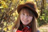 Smiling happy girl in autumn park. — Stock Photo